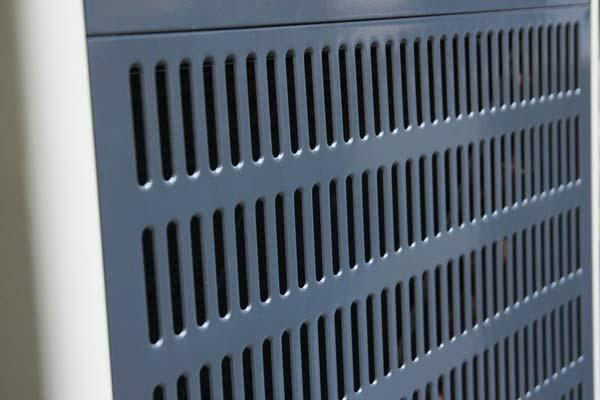Mặt trước của máy thiết kế các khe hở hút không khí ẩm bên ngoài vào trong máy